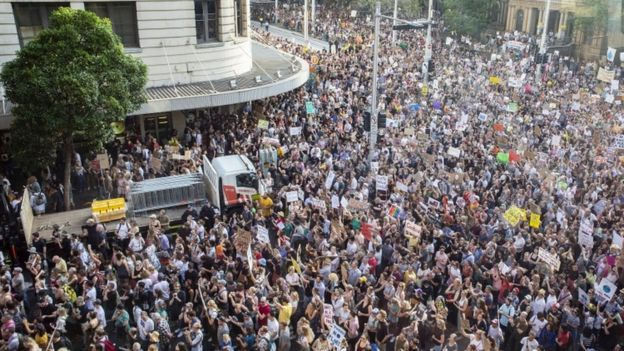 活动家于1月10日在悉尼市政厅聚会会议,呼吁采取气候行动