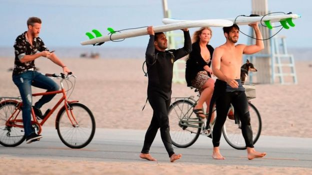 Jóvenes sin mascarillas en una playa en Estados Unidos.