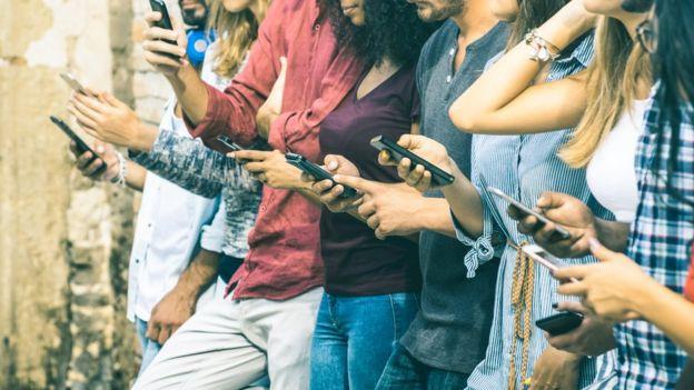 Cuando hay muchas personas tratando de conectarse a internet al mismo tiempo, se producen caídas. Foto: GETTY IMAGES