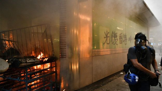 9月8日,中环地铁站外遭示威者纵火。