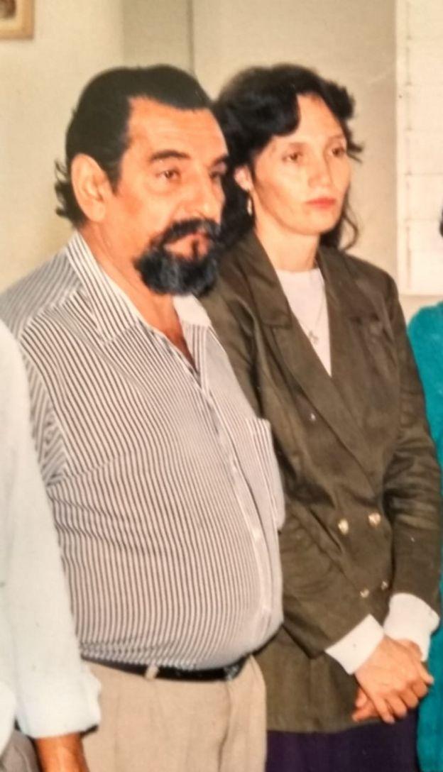 Imagem mostra o músico Lúcio Yanel e a mulher, Sueli, que tem Alzheimer, em 1994