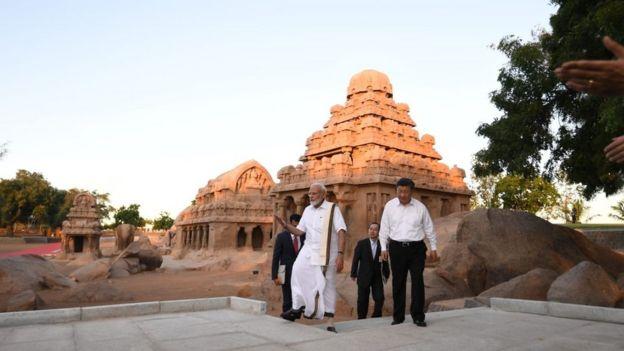 சிற்பங்கள் குறித்து சீன அதிபருக்கு விளக்குகிறார் இந்திய பிரதமர்