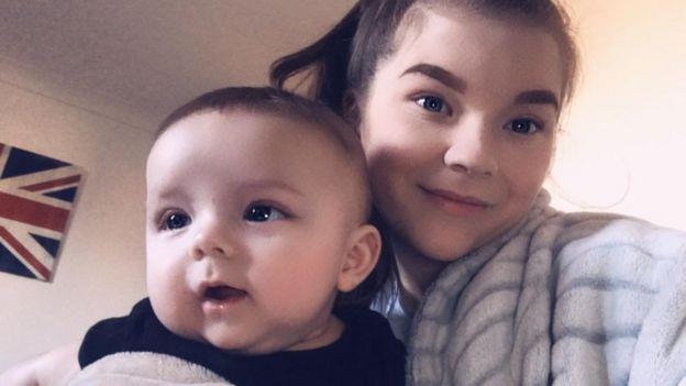 Ashleigh sorri para foto com Noah no colo