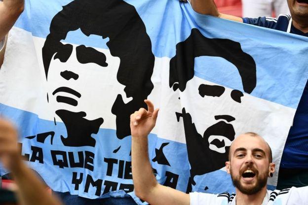 Maradona y Messi. Los hinchas argentinos desean que la Pulga imite lo que hizo el Pibe de Oro en 1986.