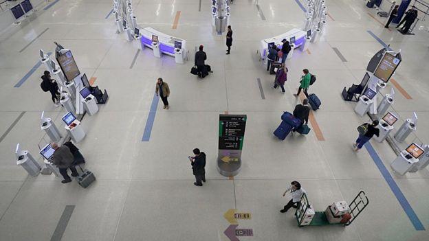 Wisatawan melewati terminal check-in terminal B di Bandara Internasional Boston Logan pada 2 April 2020