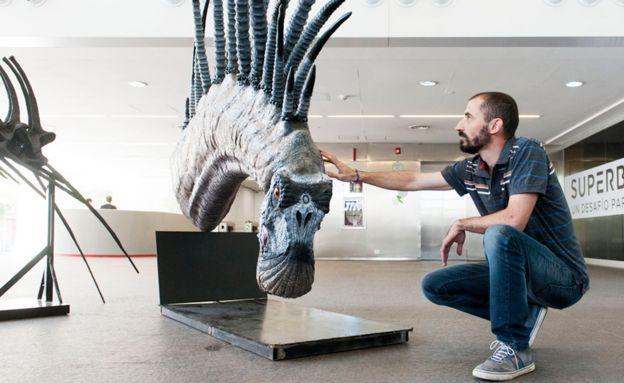 Pablo Gallina junto a un modelo de Bajadasaurus pronuspinax