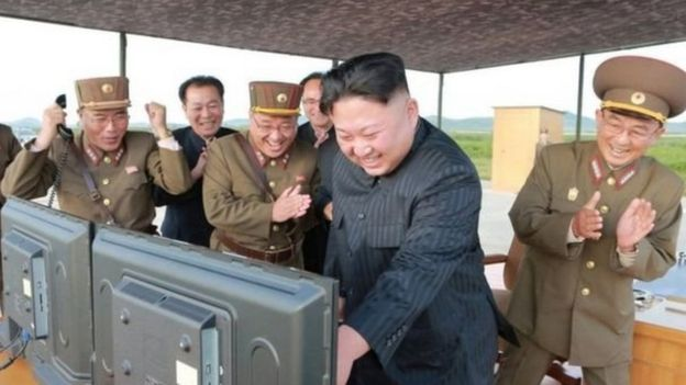 Rais Kim Jong Un pamoja na maafisa wakuu wa jeshi wakisherehekea urushaji wa kombora jingine