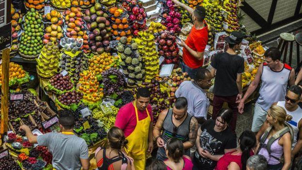 Mercado de frutas en Brasil.