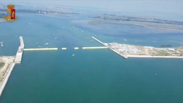 Imagen de video del sistema Mose con las barreras levantadas.