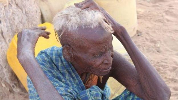Mama mzee ambaye amekumbwa an ukame eneo la Turkana nchini Kenya