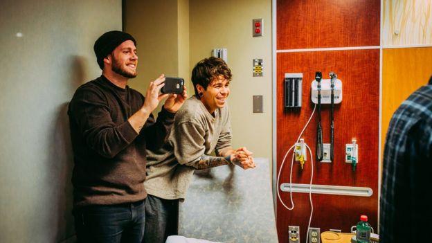 Matthew y Elliot en el hospital