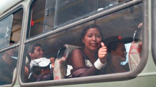 Venezuelanos sendo levados para Manaus
