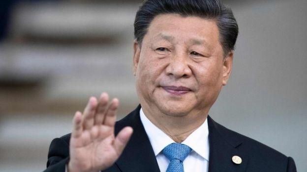 Xi Jinping acena