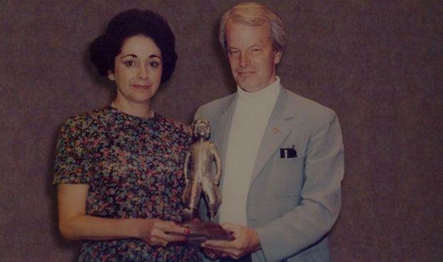 Yolanda Fernández de Cofiño recibiendo el premio Ronald de plata.