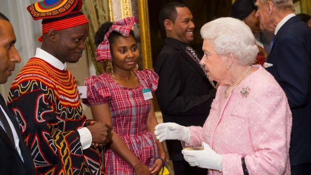英女王在2016年出席典礼,嘉许当年获颁英联邦杰出青年奖的人