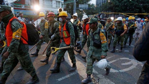 Socorristas cerca de la colonia Roma Norte, marchan hacia los operativos de rescate