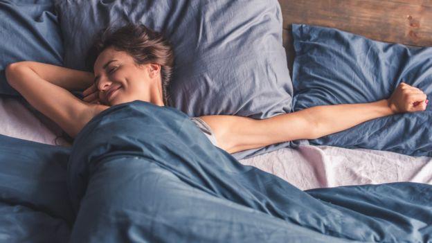 una mujer despertándose