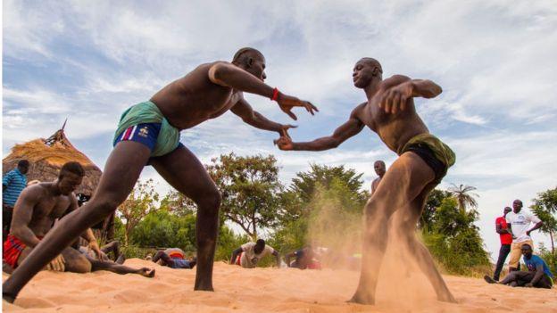 Des jeunes sénégalais s'entraînent près des îles du Saloum.