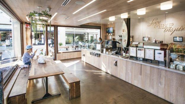 Interior de uma loja da SunLife Organics