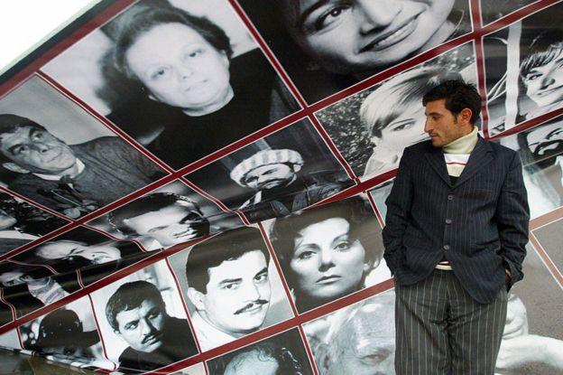 Taksim'de Yeşilçam yıldızlarının posterlerine bakan bir adam