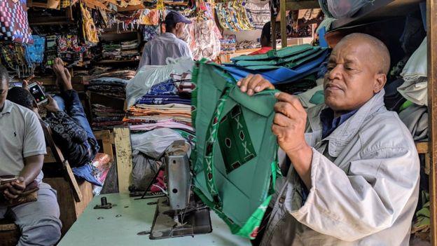 La majorité des artisans et vendeurs de ce marché sont Guinéens d'origine.