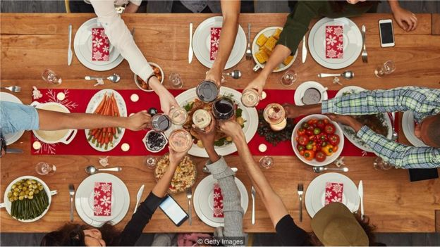 Mesa de jantar cheia de comida