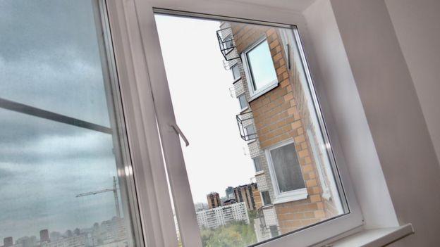 Новая квартира на первый взгляд выглядит светлой и чистой, но окна в ней не закрываются, вытяжки нет, а сантехника шатается