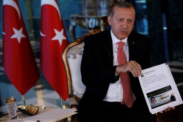 Erdoğan referandumda gözlemcilik yapan AGİT üyelerinin taraflı davrandığını, Reuters muhabirlerine gösterdiği Twitter mesajlarıyla savunmuştu.