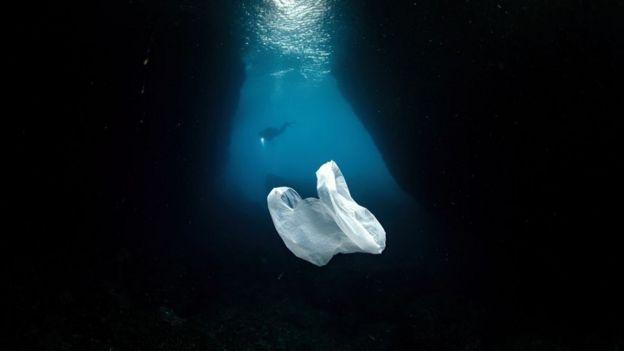 Una bolsa de plástico flotando en el mar cerca de Turquía.