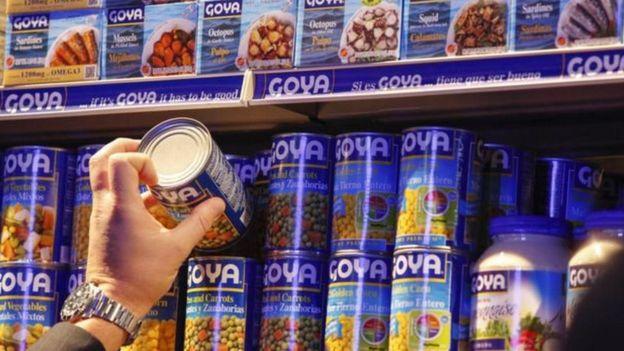 Latas com produtos Goya em supermercado