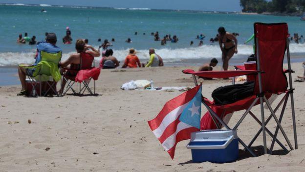 Una playa en Puerto Rico con gente