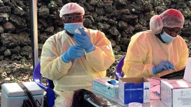 Des agents de santé congolais se préparent à administrer des vaccins anti-Ebola