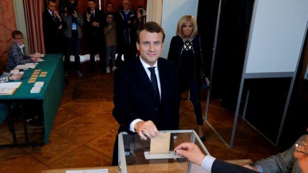 Emmanuel Macron em seção de votação