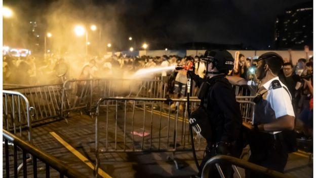 数百名示威者在游行后,留守现场,被警方驱散。