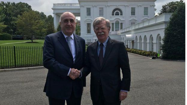 Министр иносÑ'Ñ€Ð°Ð½Ð½Ñ‹Ñ Ð´ÐµÐ» Азербайджана жмет руку советнику Трампу Джону Болтону