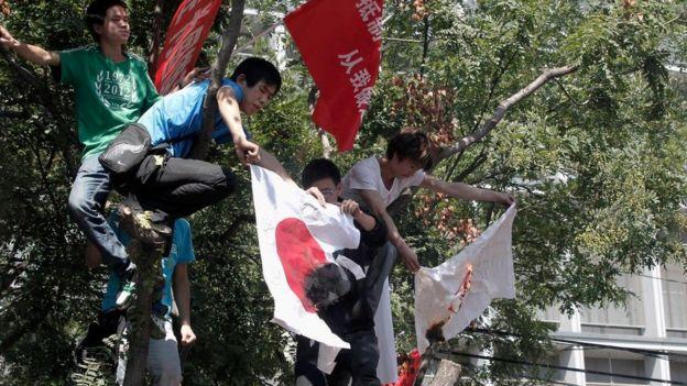 Thanh niên Trung Quốc trèo cây đốt cờ Nhật Bản vì vụ Senkaku