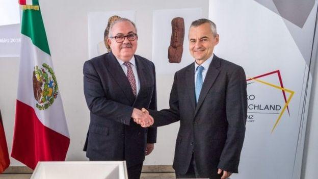 El embajador mexicano en Alemania, Rogelio Granguillhome y Rupert Gebhard de la Colección Estatal de Arqueología en Múnich, se estrechan las manos.
