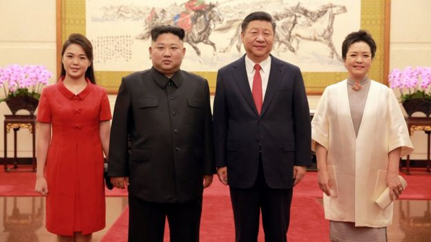 金正恩本年至今访华三次,图为他与夫人李雪主和习近平与夫人彭丽媛合照。