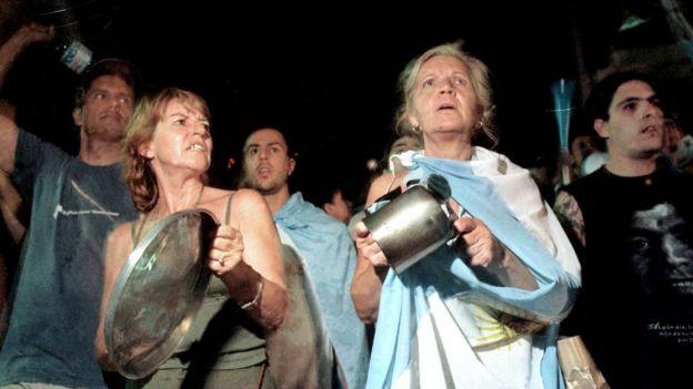 Mujeres protestando con cacerolas en Argentina en 2001.