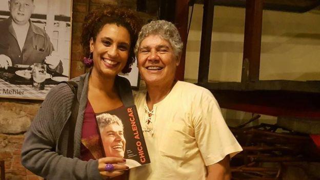 Marielle Franco com Chico Alencar em foto publicada em 4 de abril de 2017 no Facebook da vereadora