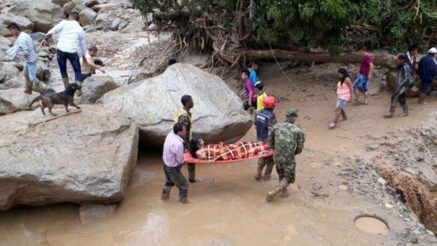 Soldados e voluntários fazem resgate