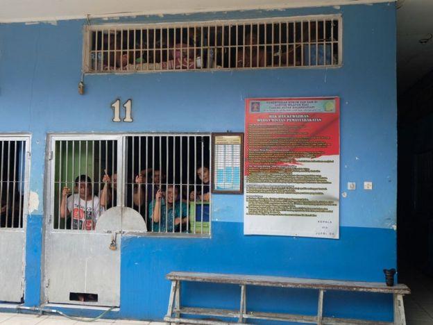 Di Rutan Bagansiapiapi, warga membuat empat tingkat dipan di dalam sel
