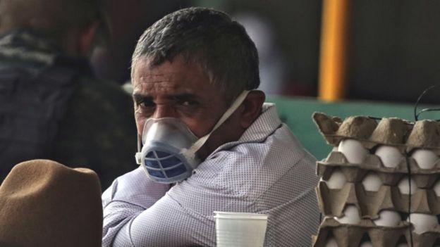 Vendedor de Honduras con cubrebocas.