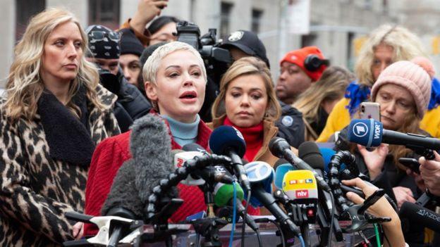 روز مک گاؤن نیو یارک میں ہاروی وائینسٹین کے خلاف ایک تقریر کرتے ہوئے