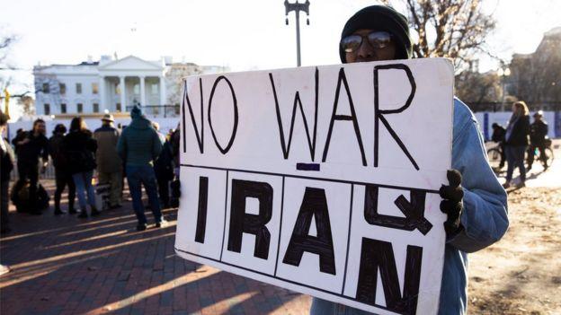 ह्वाइट हाउसबाहिर सम्भावित युद्धको विरोध गर्दै केही मानिसहरू