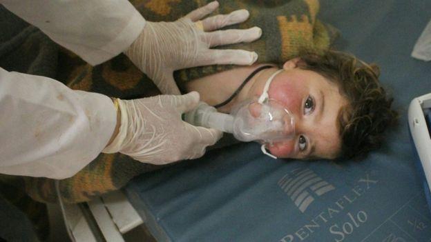 Un niño recibe atención médica