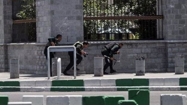 در جریان این حملات ۱۷ نفر کشته و بیش از ۴۰ نفر زخمی شدند