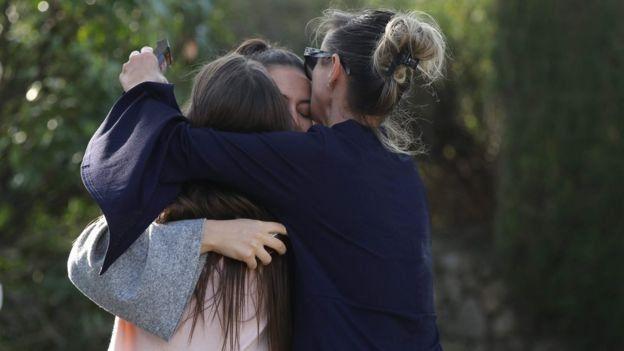 Adolescentes abrazándose.