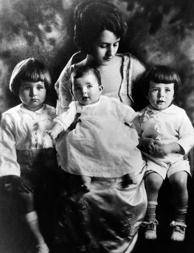 Rose Kennedy com Rosemary no colo, rodeada por Joe e Jack