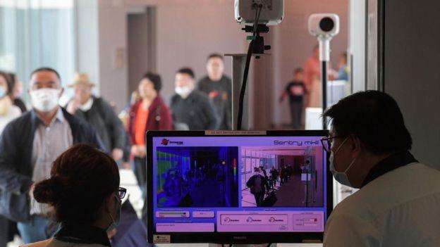 در مبادی ورودی و خروجی از دوربینهای حرارتی برای تشخیص مبتلایان احتمالی به ویروس کرونا استفاده میشود